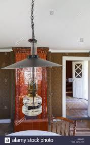 Petroleumlampe In Einem Raum Mit Kachelofen Stockfoto Bild
