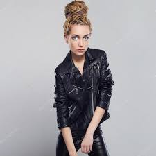 Belle Fille Avec La Coiffure Dreadlocks Punk Rock Jeune