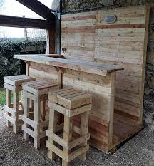 Here is a good idea for creating a recycled wood pallet bar with the  seating arrangement.