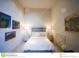 Litlampen Durch Bett Mit Rahmen Auf Wand Im Schlafzimmer Stockfoto