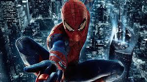 夜の街を飛び回るスパイダーマンの画像