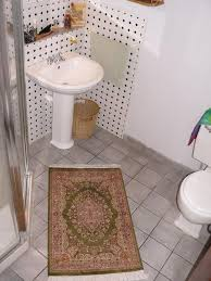 a guide on how to use small rug in bathrooms yonohomedesign