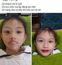 Clip cận cảnh quá trình xăm môi cho bé gái 5 tuổi đang gây bức xúc: Bé có  lấy tay ngăn lại nhưng bị quát ngồi im đó - Netizen - Việt Giải Trí