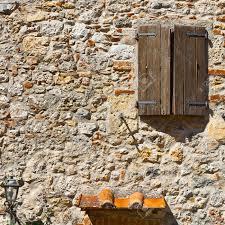 Italienische Fenster Mit Geschlossenen Fensterläden Aus Holz