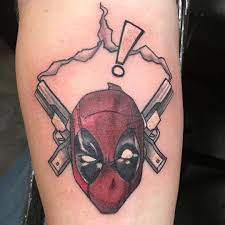фото татуировки дэдпула в стиле марвел на локте парня фото
