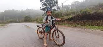 Ảnh được chia sẻ nhiều: Bé trai vùng cao lấm lem bùn đạp xe hỏng đến trường