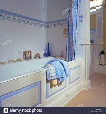 Blau Weiß Duschvorhang Auf Bad Im Badezimmer Mit Blauen Fliesen