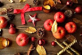 Rote äpfel Mit Christbaumschmuck Stockfoto Yonibunga