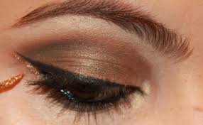 the metallic eye makeup looks good especially with clothes worn at night it will help in attracting the onlooker s attention the makeup will give you a