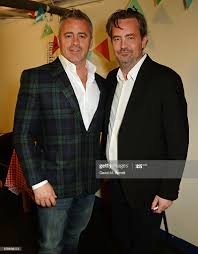 Matt LeBlanc and Matthew Perry pose backstage following a performance...  Foto di attualità - Getty Images