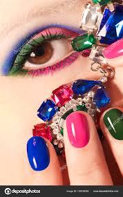 一方で女性のおしゃれなカラフルな短い爪アート デザインは顔に装飾で