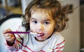Bày mẹ cho trẻ ăn váng sữa đúng cách phát huy tối đa tác dụng