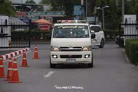 Thai PBS - เวลาประมาณ 13.30 น. รถโรงพยาบาลนำส่งร่างของน้าค่อม ชวนชื่น  ถึงที่วัดพระศรีมหาธาตุวรมหาวิหาร บางเขน เพื่อทำการฌาปนกิจ .  โดยมีเจ้าหน้าที่ชุดปฏิบัติการเฉพาะกิจโควิด-19 สวมชุด PPE เดินทางมาพร้อมด้วย  เพื่อดำเนินการในขั้นตอนการเผาศพ ตามมาตรการ ...