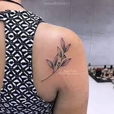 фото небольшой женской татуировки на спине в стиле графика дотворк