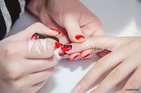 Fotografie Obraz Barva Lak červené Nehty V Kosmetickém Salonu