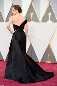 Oscars 2016 sees Jennifer Garner stun in a dramatic gown without.
