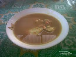 Dan de kokosmelk, de kedondong, het zout, de peper en de palmsuiker toevoegen en breng aan de kook. Lempah Kuning Kuliner Pedas Ala Bangka