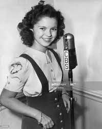 Portrait of teenage actor Shirley Temple wearing a blouse and jumper,...  Foto di attualità - Getty Images