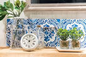 Vintage Style Badezimmer Regal Mit Pflanzen Und Zubehör Lizenzfreie