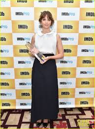 felicity jones wins imdb starmeter award at tiff photo felicity jones wins imdb starmeter award at tiff 2016 photo 3755338 2016 toronto film festival felicity jones sigourney weaver toronto film festival