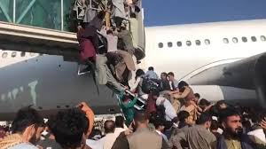 7 hours ago · video from kabul's international airport shows people clinging to departing american planes as thousands of desperate afghans attempt to flee the city following the taliban's takeover. 2lj12ghneq5vcm
