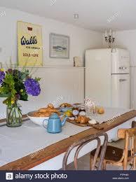 Croissants Und Teekanne Am Frühstückstisch Mit Leuchtend