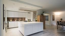 ... Weisse Küche Mit Hochglanz Fronten