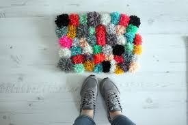 Как сделать коврик из помпонов своими руками?