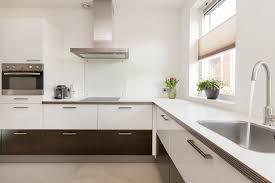 Ecologische keuken met vrijstaande koelkast en vrijstaand fornuis
