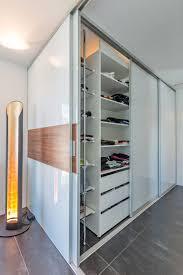 Kombination Von Raumteiler Und Schrank In Zwei Ebenen Aufzu
