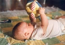 Risultati immagini per immagini di neonati con oggetti