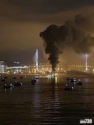 本港今日(2日)下午 5 時半起,西九龍、青衣等一帶均聞到異味。綜合報道及區議員指,昂船洲大橋對出海面躉船下午 5 時許著火,船上有約 2000 噸金屬廢料,至少4 艘船灌救,至晚上 9 時仍未救熄。晚上11時許,消防將火警升為三級。 Mxfnhmewfb0sm