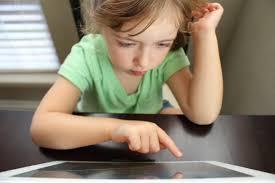 Juegos en niños autistas… donde los niños toman juguetes que necesitan una acción de su parte para producir el resultado deseado. Estrategias Pedagogicas Para Trabajar Con Ninos Autistas