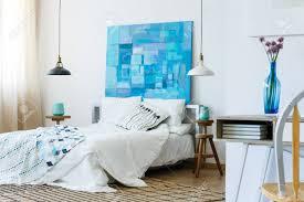 Weißes Und Blaues Schlafzimmer Mit Abstrakter Malerei Auf Der Wand