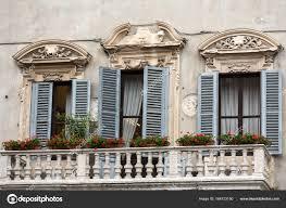 Alte Fenster Mit Fensterläden Aus Holz Und Vorhang In Italien