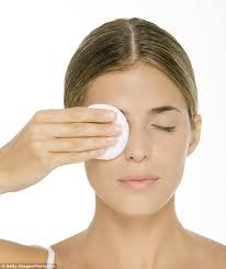 many women struggle to find an eye make up remover that is both effective and