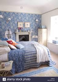 Perfect Blau Gestreifte Quilt Mit Floralen Futter In Küstennahen Schlafzimmer Mit  Blau + Weiß Floral Tapete An Der Wand über Dem Kamin