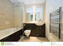 Modernes Familienbadezimmer In Der Beige Und Im Braun Stockbild