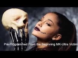 Resultado de imagen de Ariana Grande firmo el pacto Illuminati