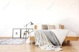 Bettwäsche Auf Holz Kingsize Bett Gegen Weiße Wand Im Geräumigen