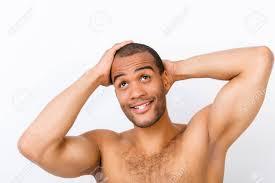 自信を持ってハンサムな若いアフリカ男の笑みを浮かべてします裸彼の髪型を修正純粋な白い背景の上に立
