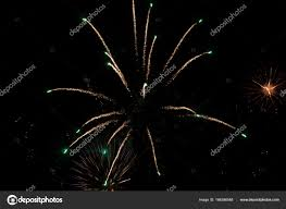 まぶしい空を見上げて光花火します ストック写真 Mauvries 166386548