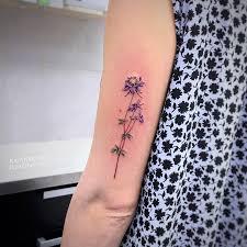 фото небольшой женской татуировки на руке в стиле реализм цветы