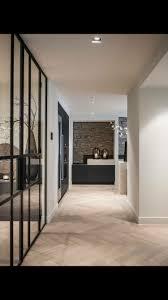 Houten Vloer Witte Wanden Zwarte Kozijnen Zwarte Kasten Vloer