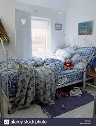 Blau Weiß Karierten Bettwäsche Und Floral Quilt Auf Weißen