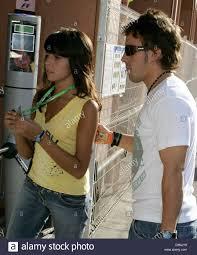 Lo spagnolo pilota di Formula Uno Fernando Alonso (R) di Renault e la sua  fidanzata Raquel del Rosario a piedi attraverso il paddock durante la  seconda sessione di prove libere a Monte