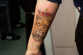 татуировка на предплечье у парня лев с короной фото рисунки эскизы