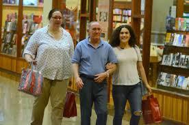 Renato Aragão é flagrado em dia de compras com a mulher e a filha famosa