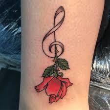 скрипичный ключ с розой тату на голени у девушки добавлено иван