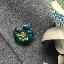 <b>Брошь Цветок</b> с цветной эмалью и сияющими <b>фианитами</b>.